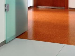 Детали отделки: места соединений различных материалов напольного покрытия