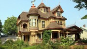 Фасад дома в викторианском стиле.