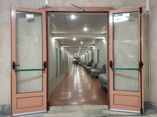 Износостойкие алюминиевые двери – надежная защита помещения от распространения пожара